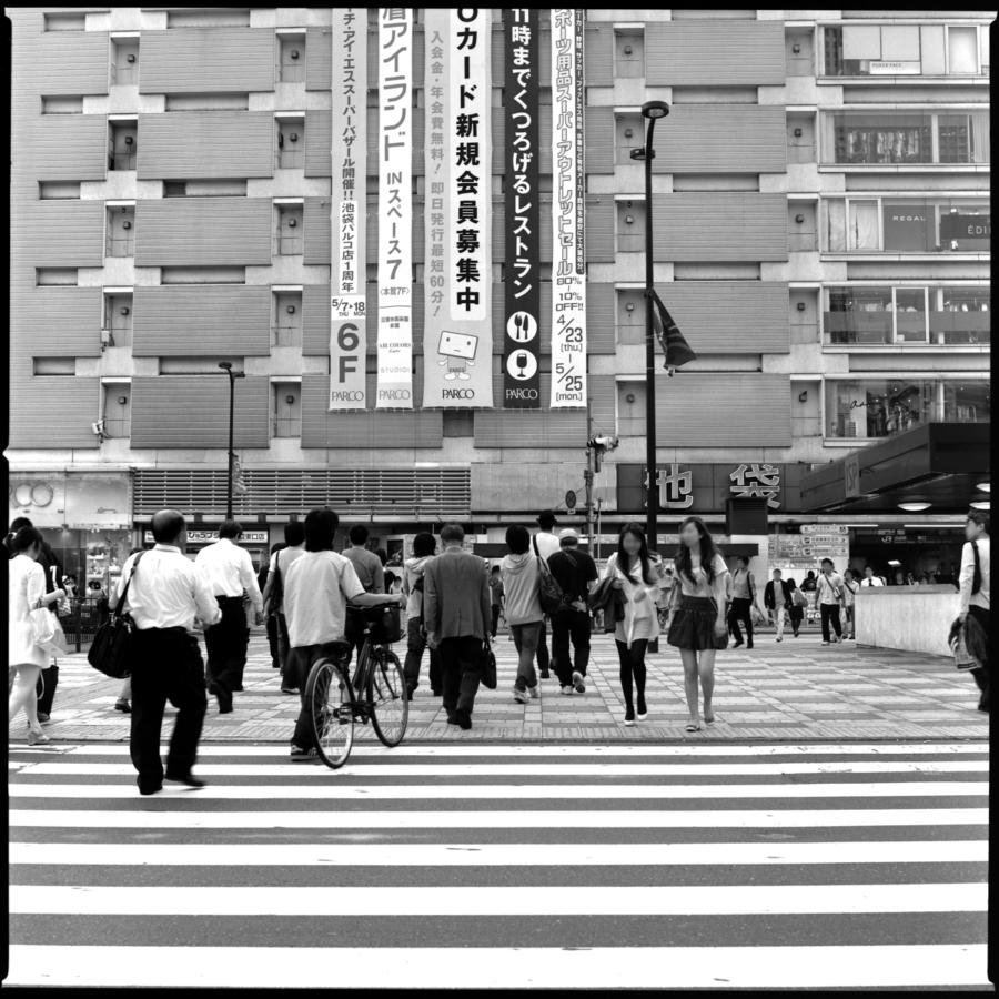 池袋駅西口 パルコ前の横断歩道