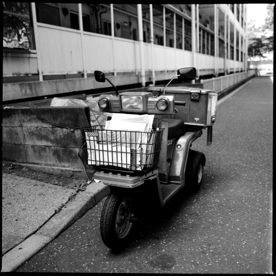 郵便配達の三輪スクーター