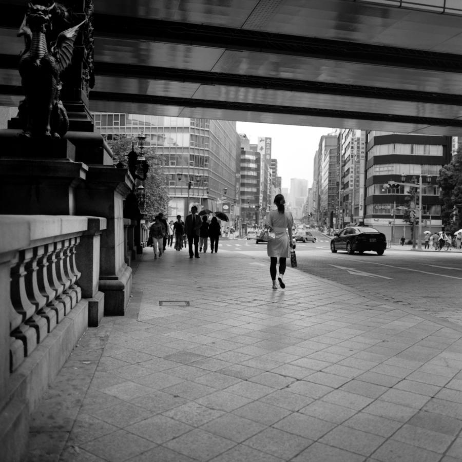 日本橋を渡る人たち
