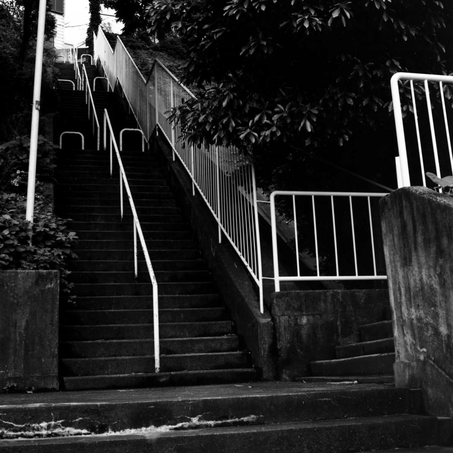 高台の上の歩道に続く階段