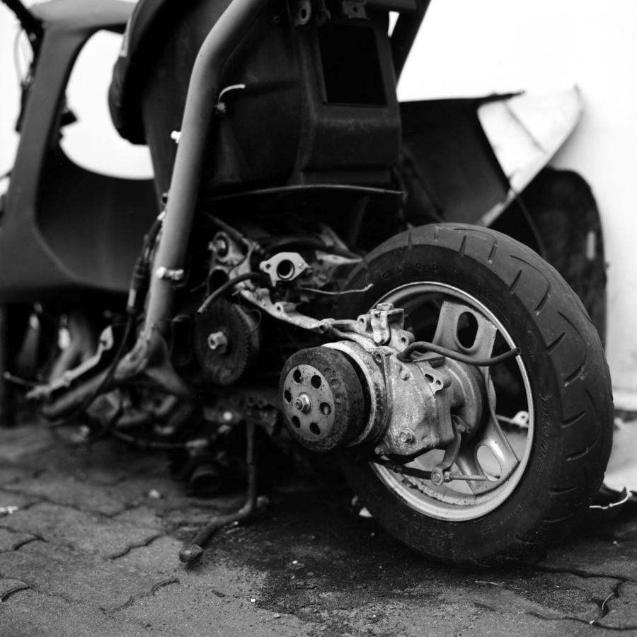 クラッシュして放置されたスクーターのエンジン