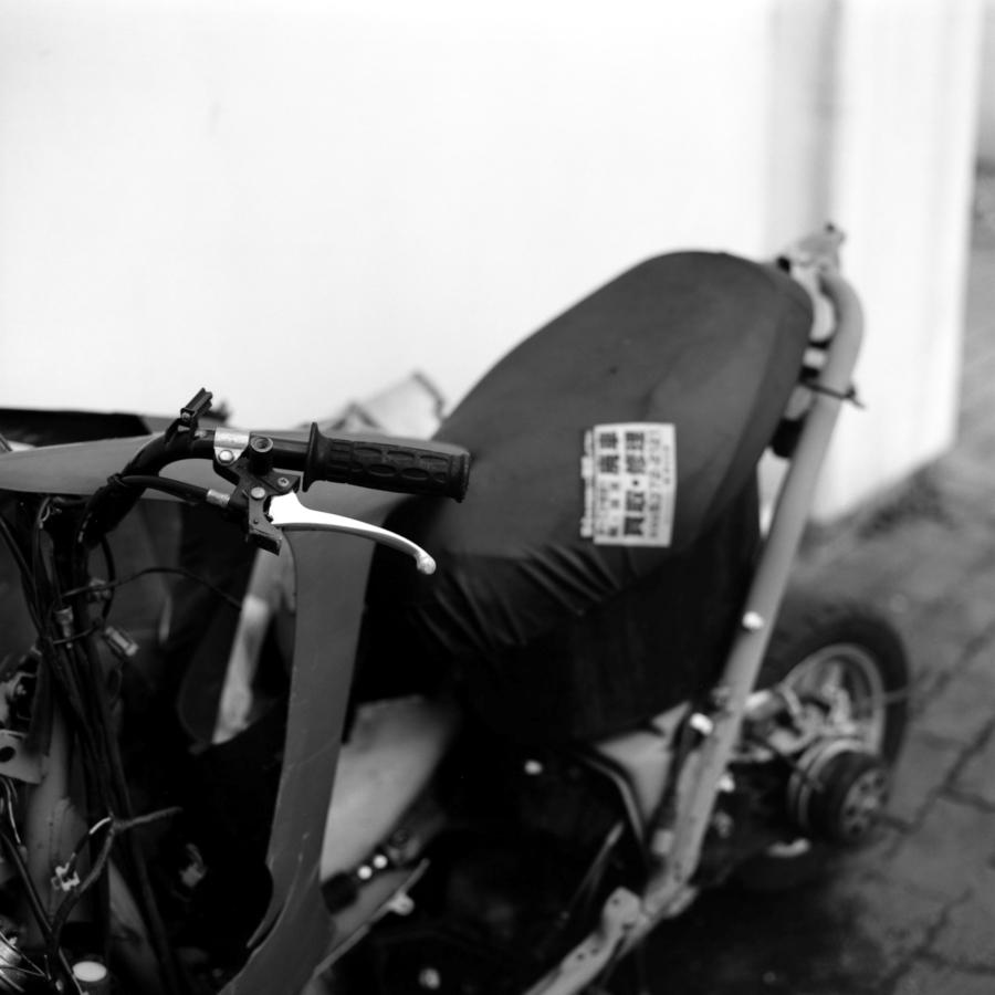 クラッシュして放置されたスクーターのハンドル