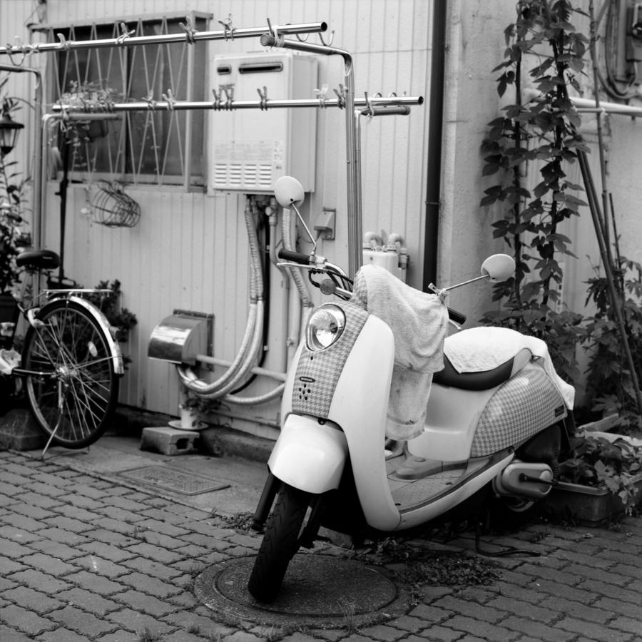 千鳥格子のスクーター