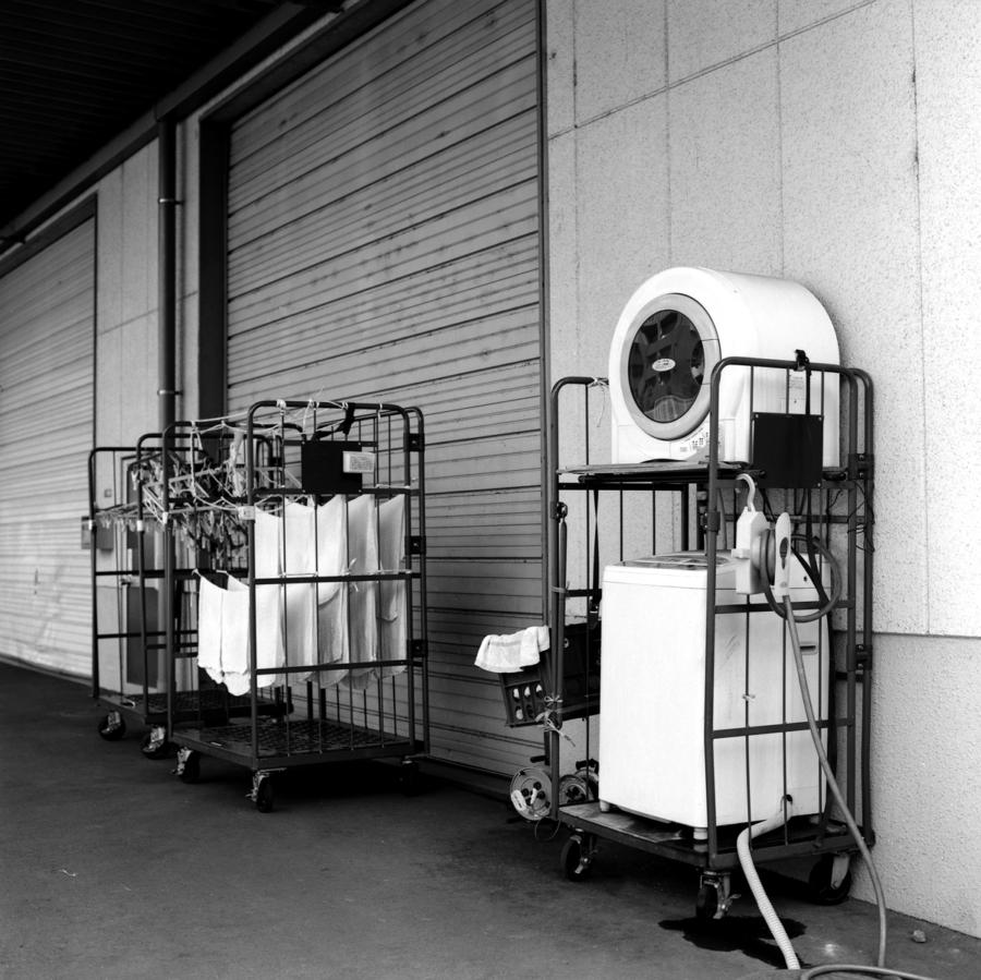 倉庫前にあった洗濯機と乾燥機 洗濯物