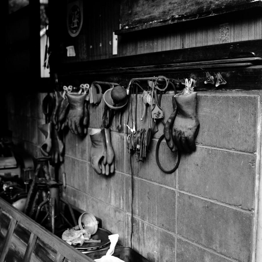 自動車整備工場の壁に掛けられグローブ
