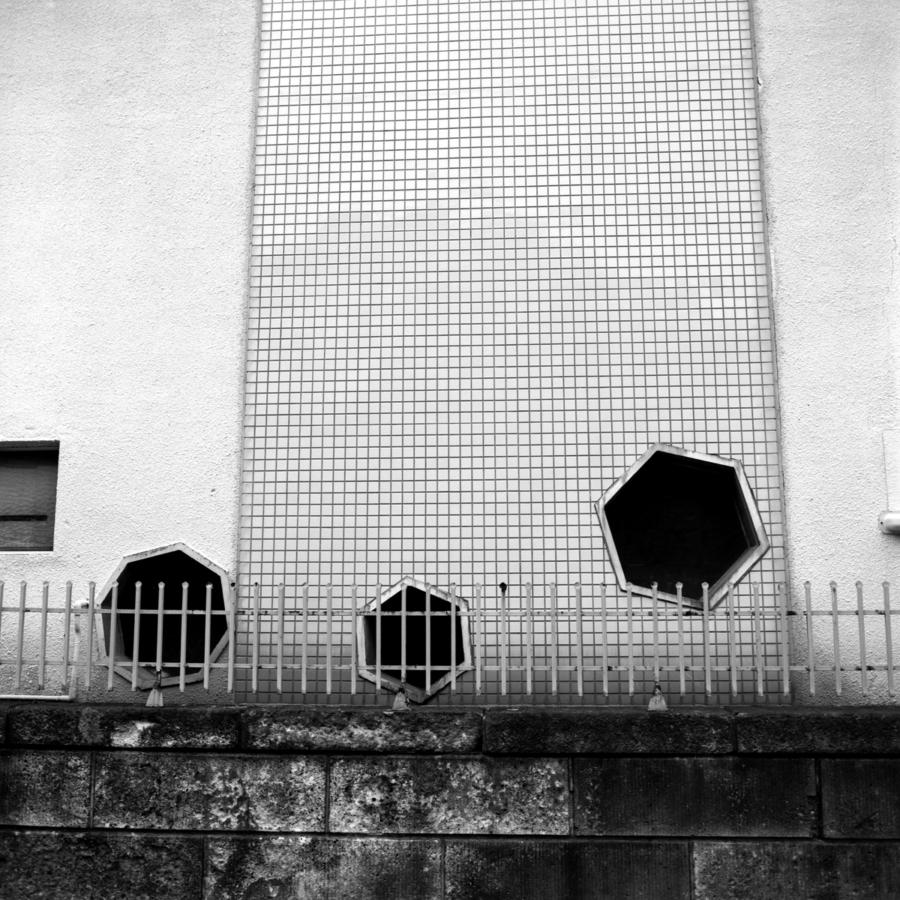 住宅の壁 六角形の小窓