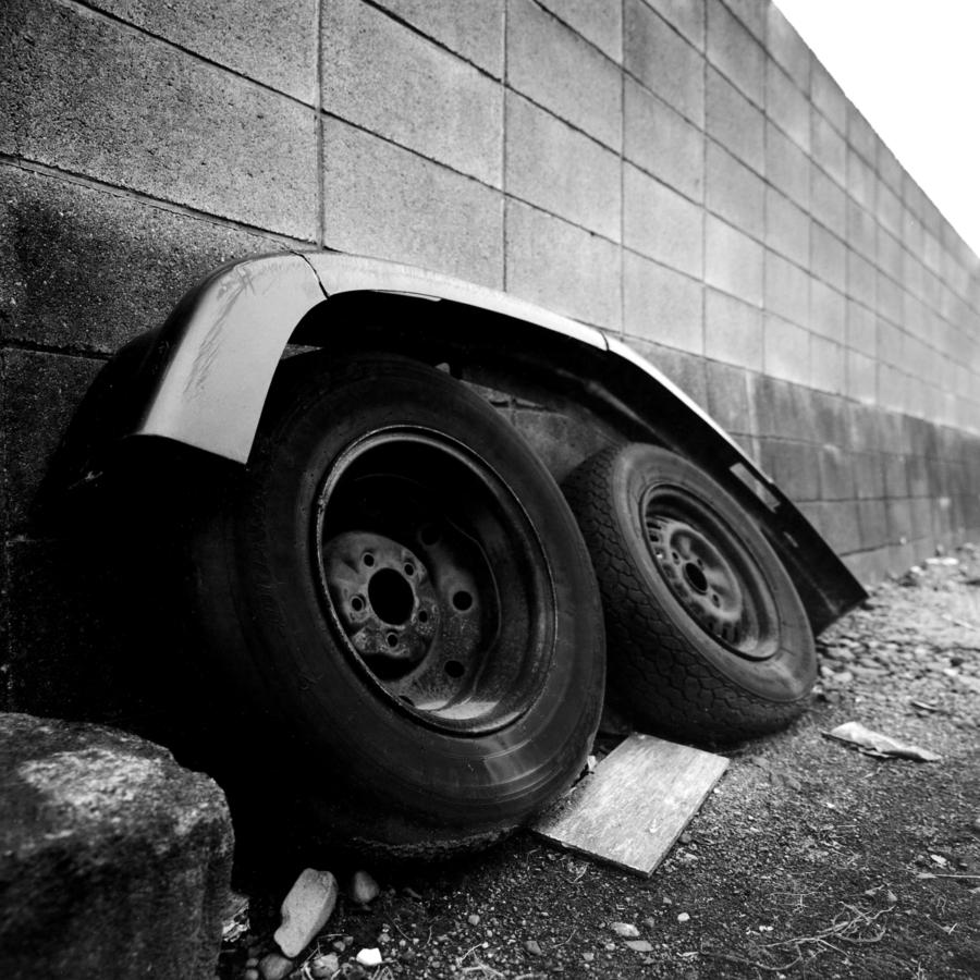 駐輪場の古タイヤとバンパー