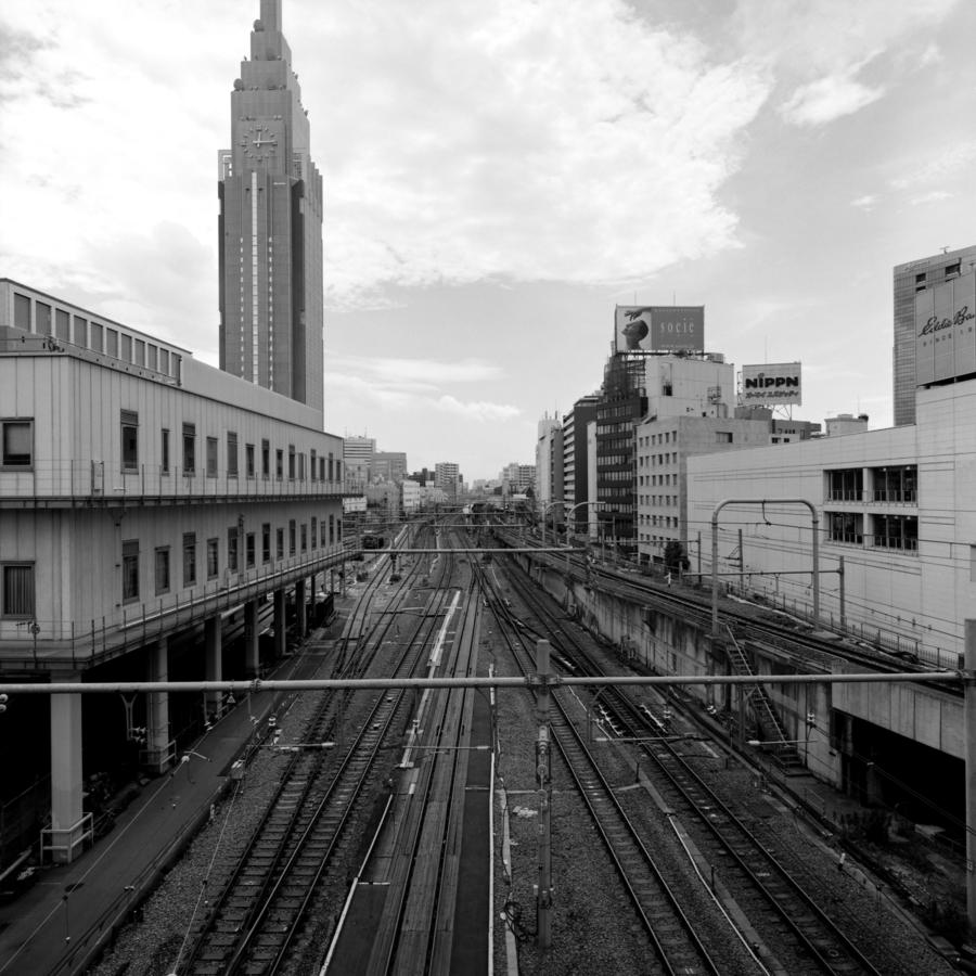 新宿サザンテラスと新宿高島屋を結ぶ橋から見た線路