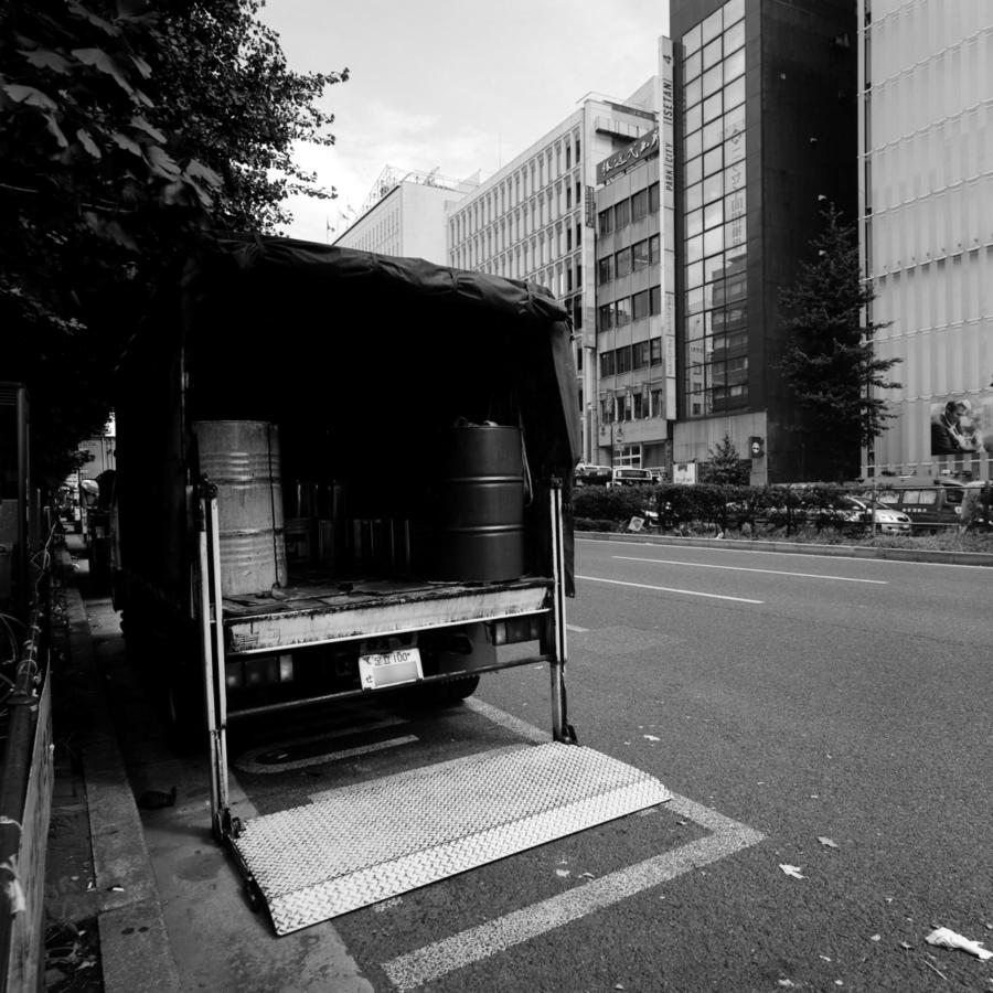 靖国通りのトラック
