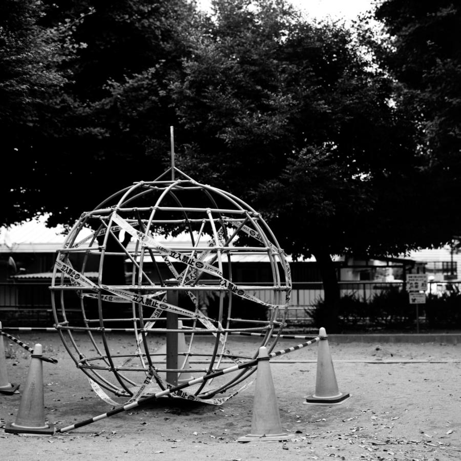 立入禁止の地球儀型の回るジャングルジム