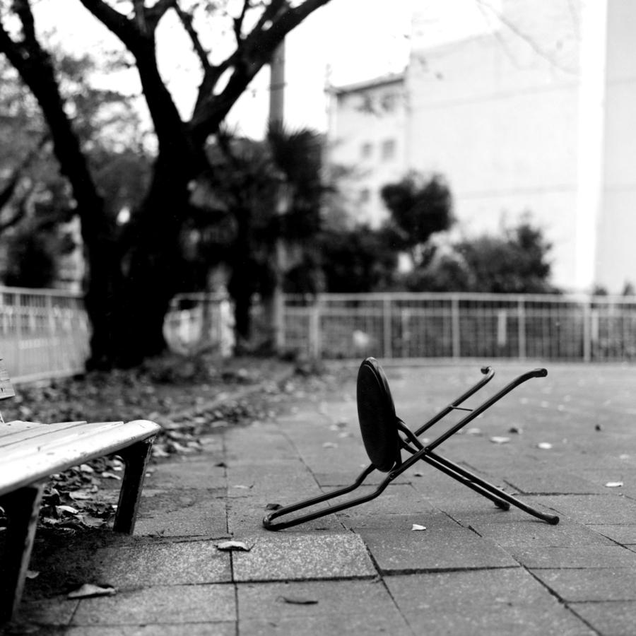 公園に放置されたイス