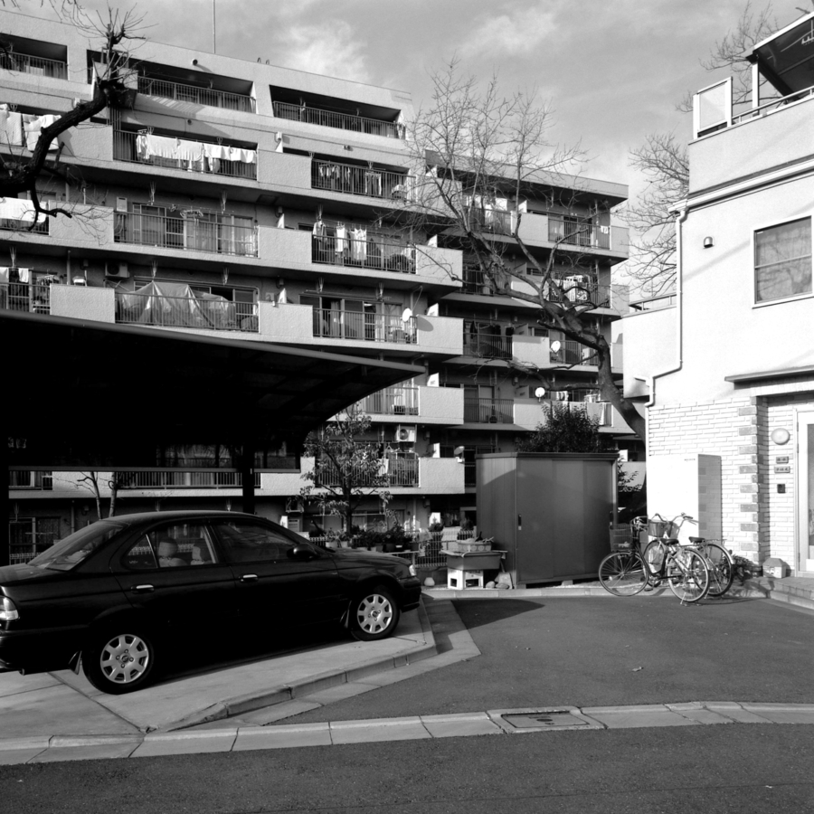 駐車場とマンションの洗濯物