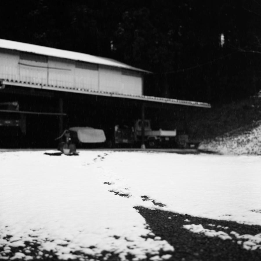 雨屋の前に積もった雪に足跡