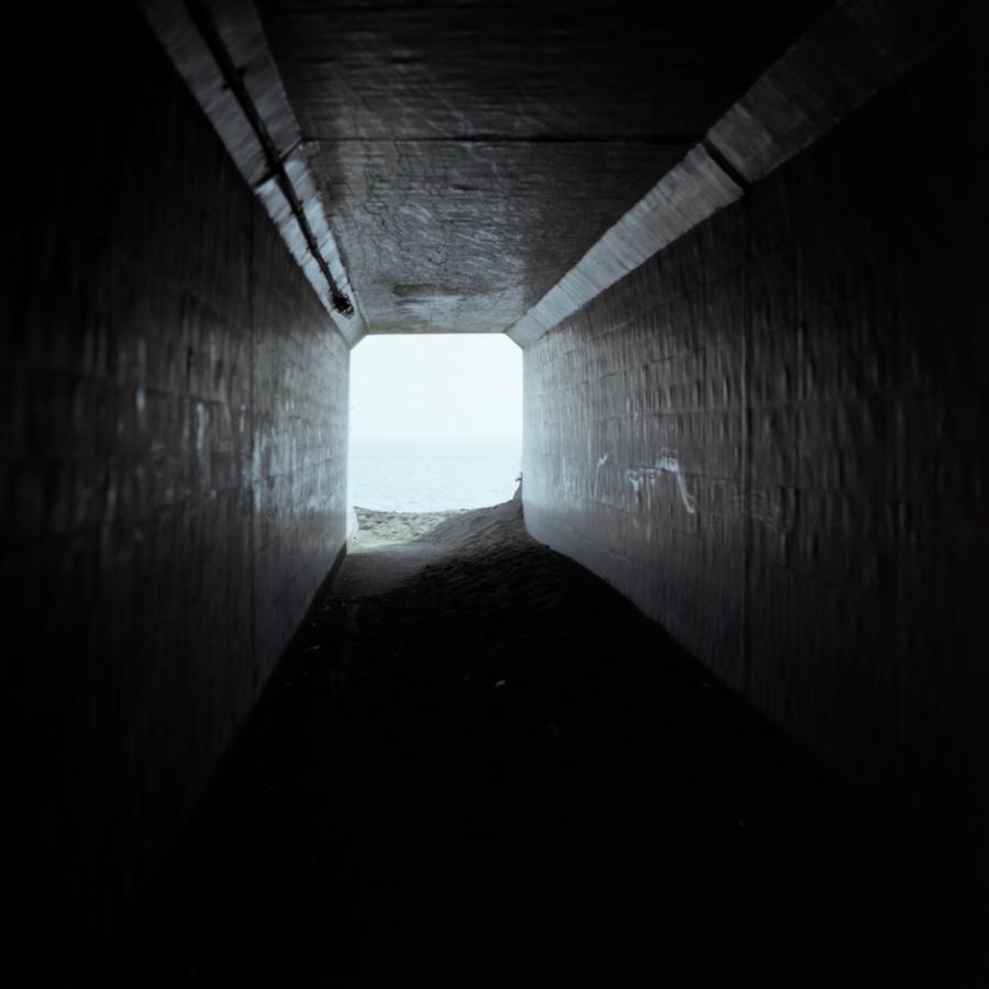 大磯 歩道からこゆるぎ浜に続くトンネル