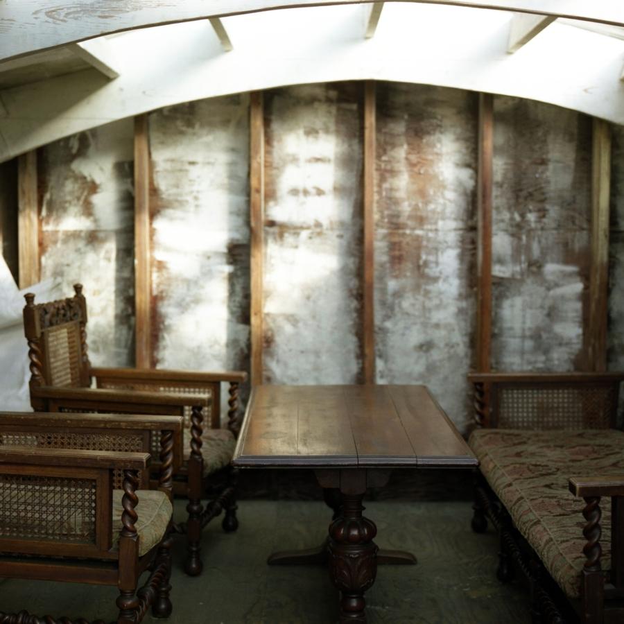 大磯エピナール 屋根裏部屋のテーブルとイス