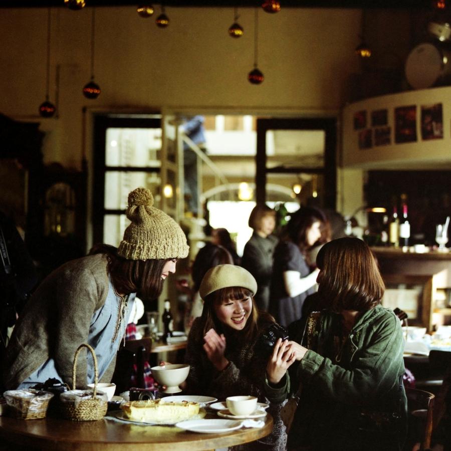 大磯エピナール カメラ談義をする女子たち