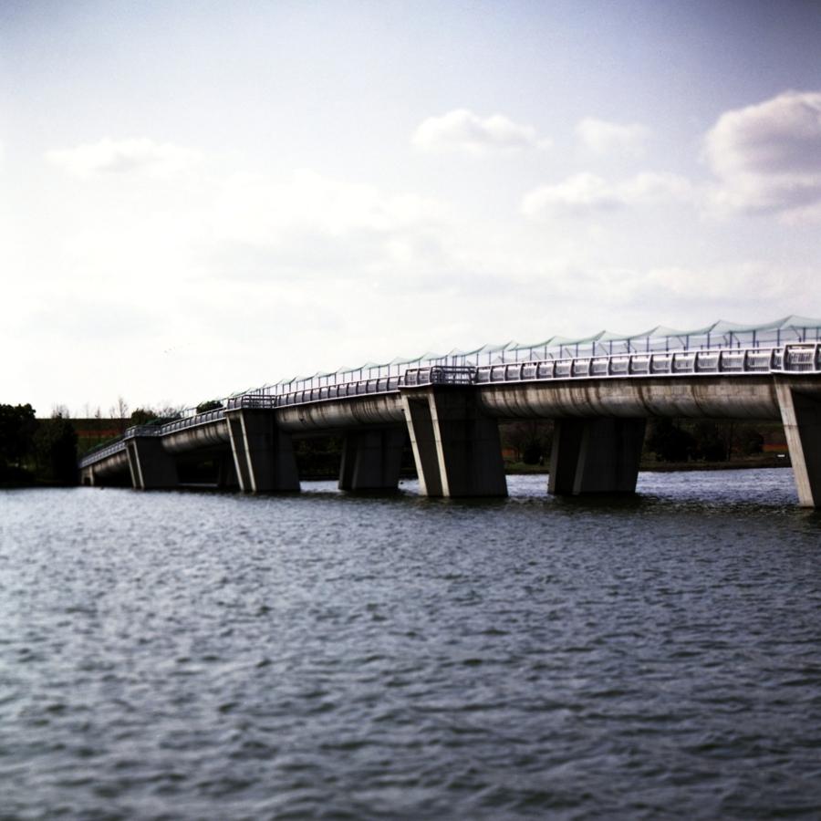 貯水池に掛かる橋