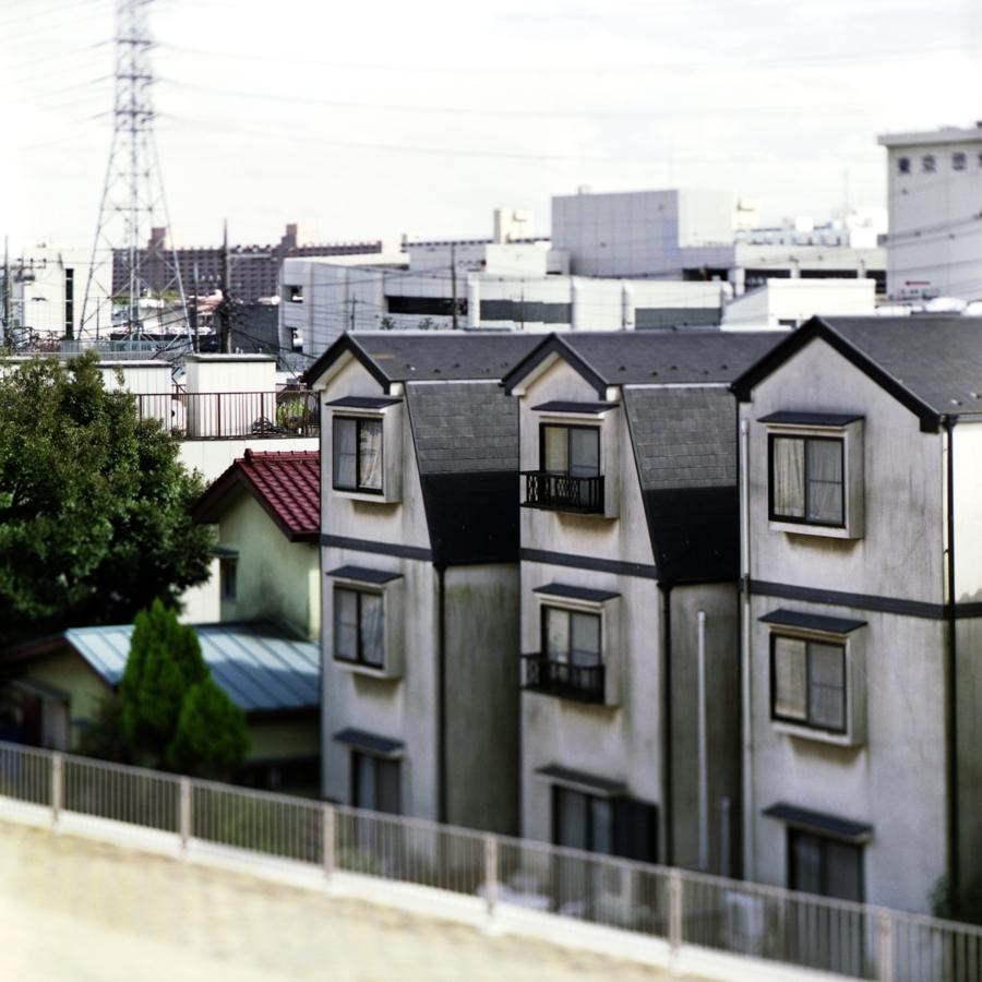 川沿いの3つの住宅