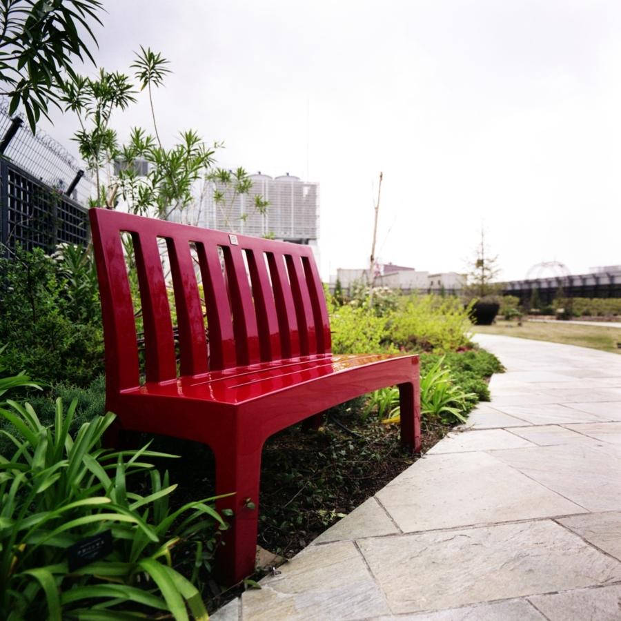新宿マルイ本館の屋上 イングリッシュガーデン 真っ赤なベンチ