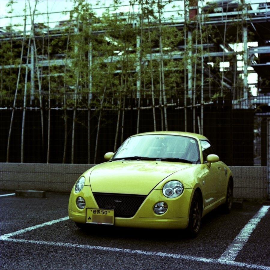 黄色い自動車