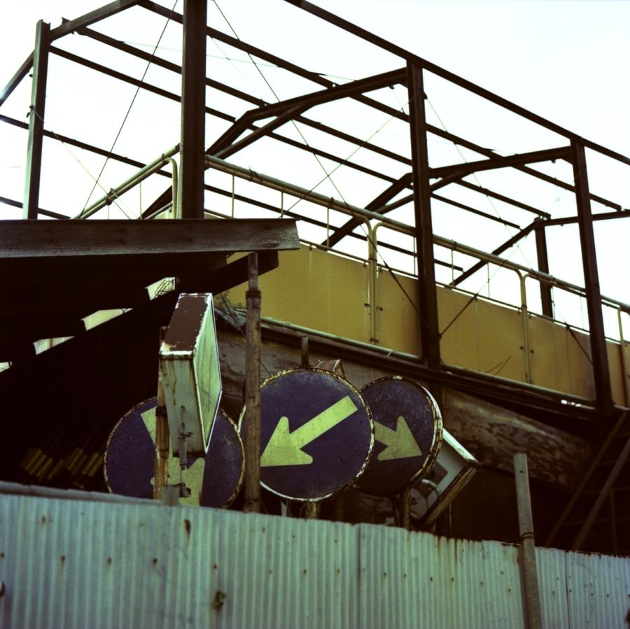 工場と標識
