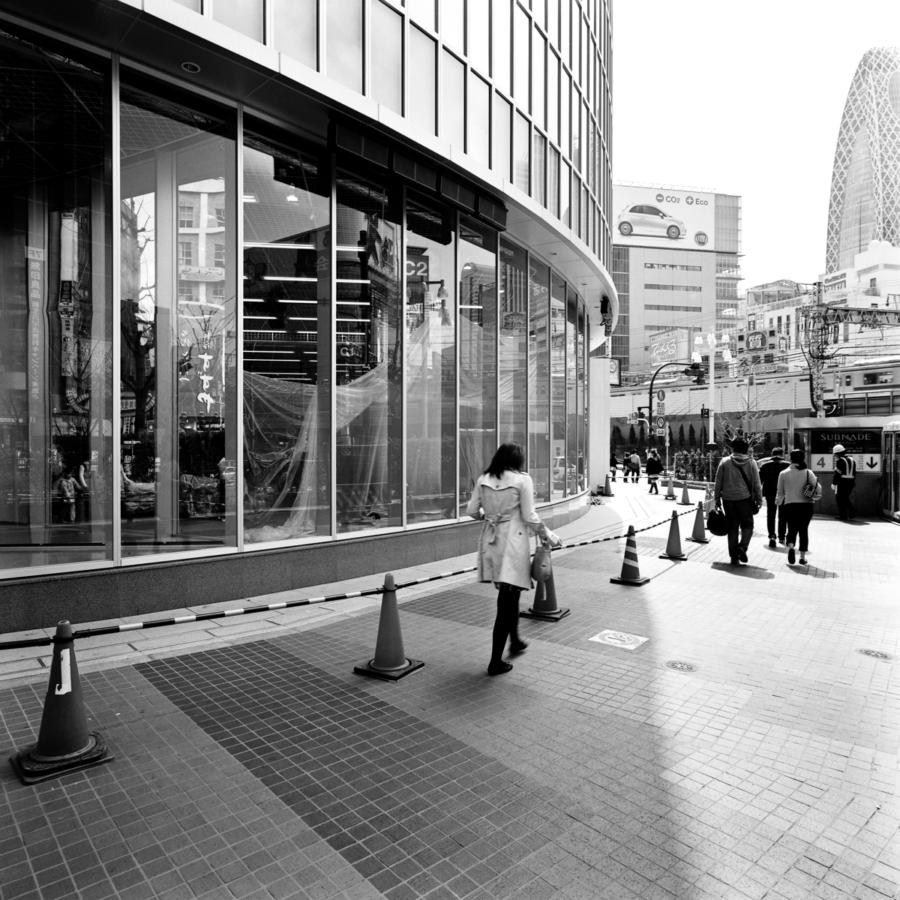 LABI新宿東口館の前