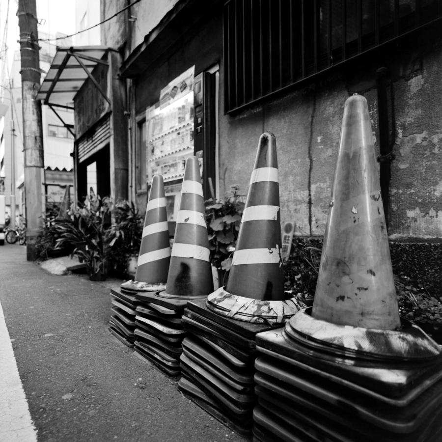新宿二丁目のカラーコーン
