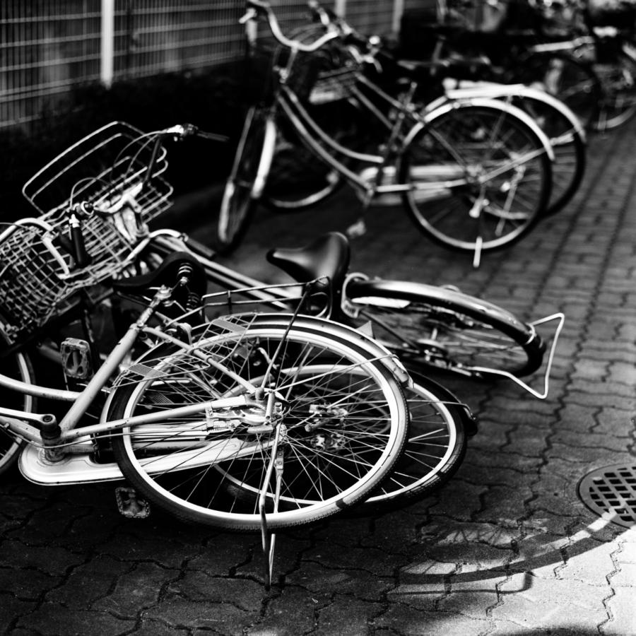 駐車場の倒れた自転車