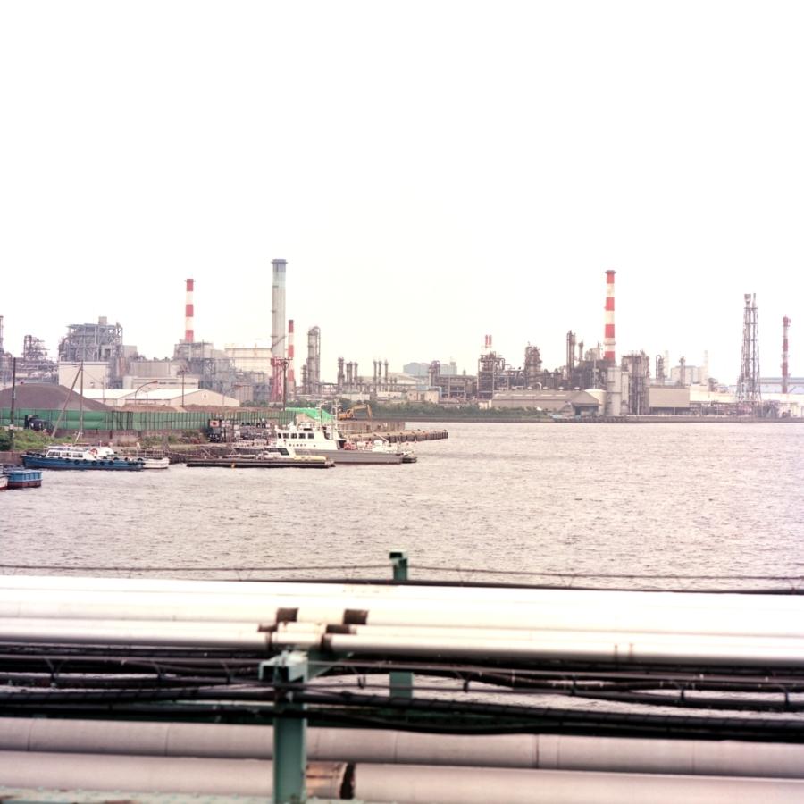 工業地帯の橋から見える海と工場