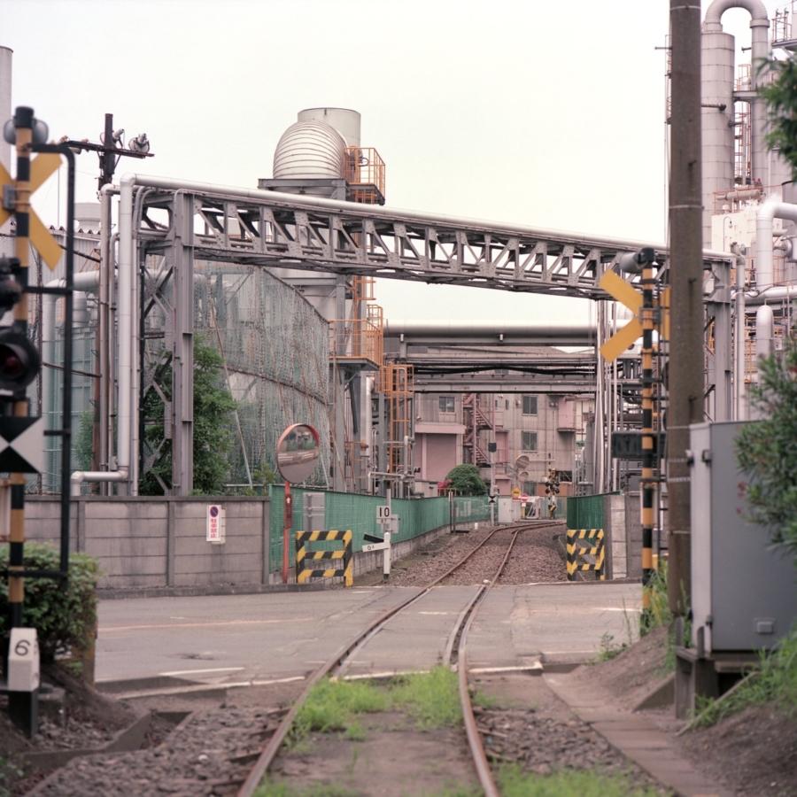工場の隙間に敷かれた線路