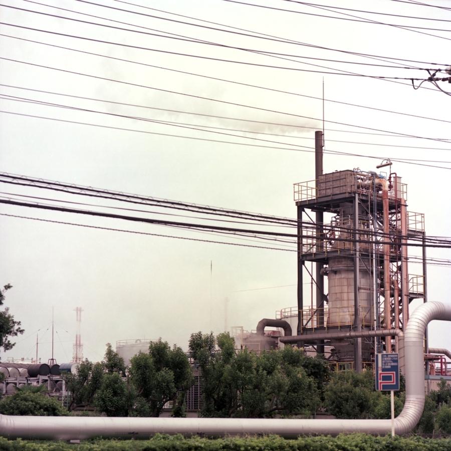 工場の煙突と伸びるパイプ