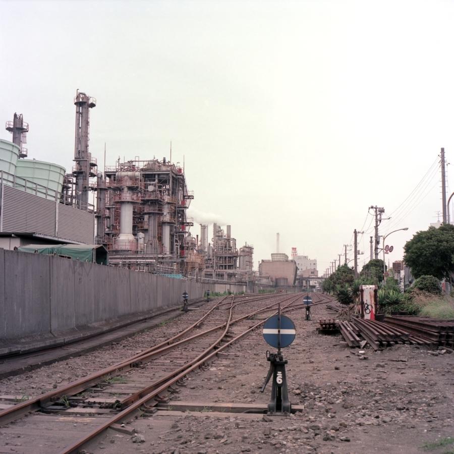 工業地帯の中にある、ホームのない駅
