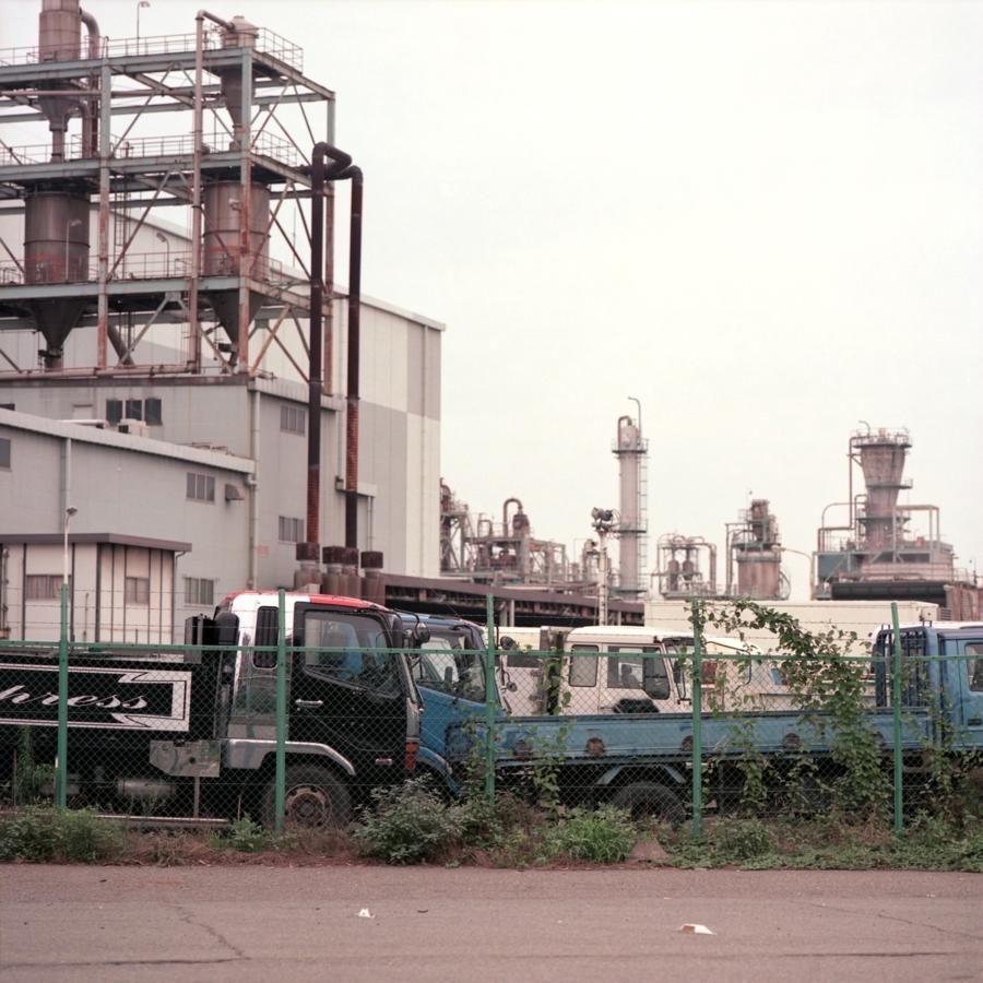 工業地帯に停められたトラック