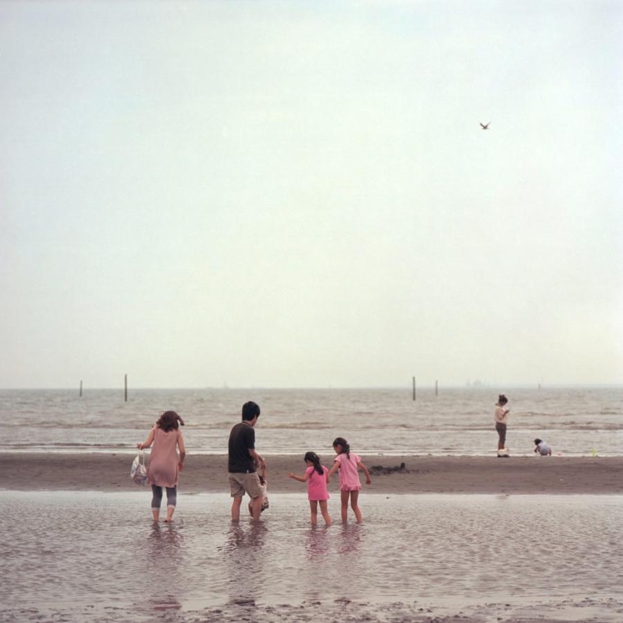 葛西海浜公園 潮干狩りをする親子連れ
