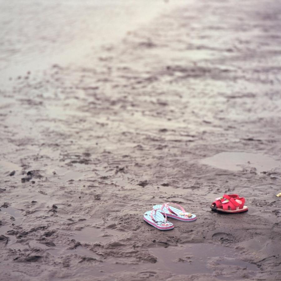 葛西海浜公園 脱ぎ捨てられたサンダル