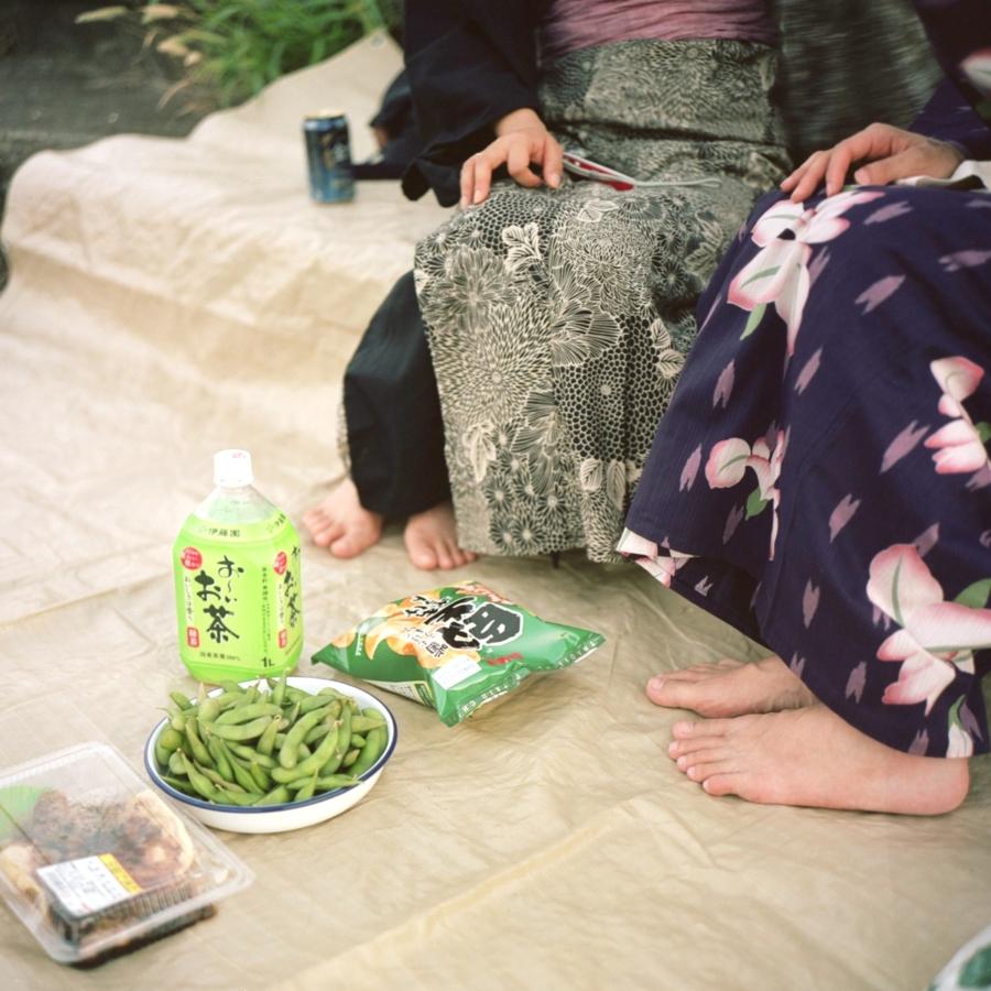 浴衣姿 撮影後の酒盛り 枝豆