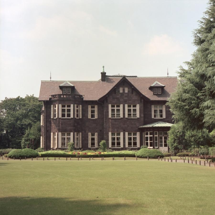 旧古河庭園 広い芝生越しの洋館