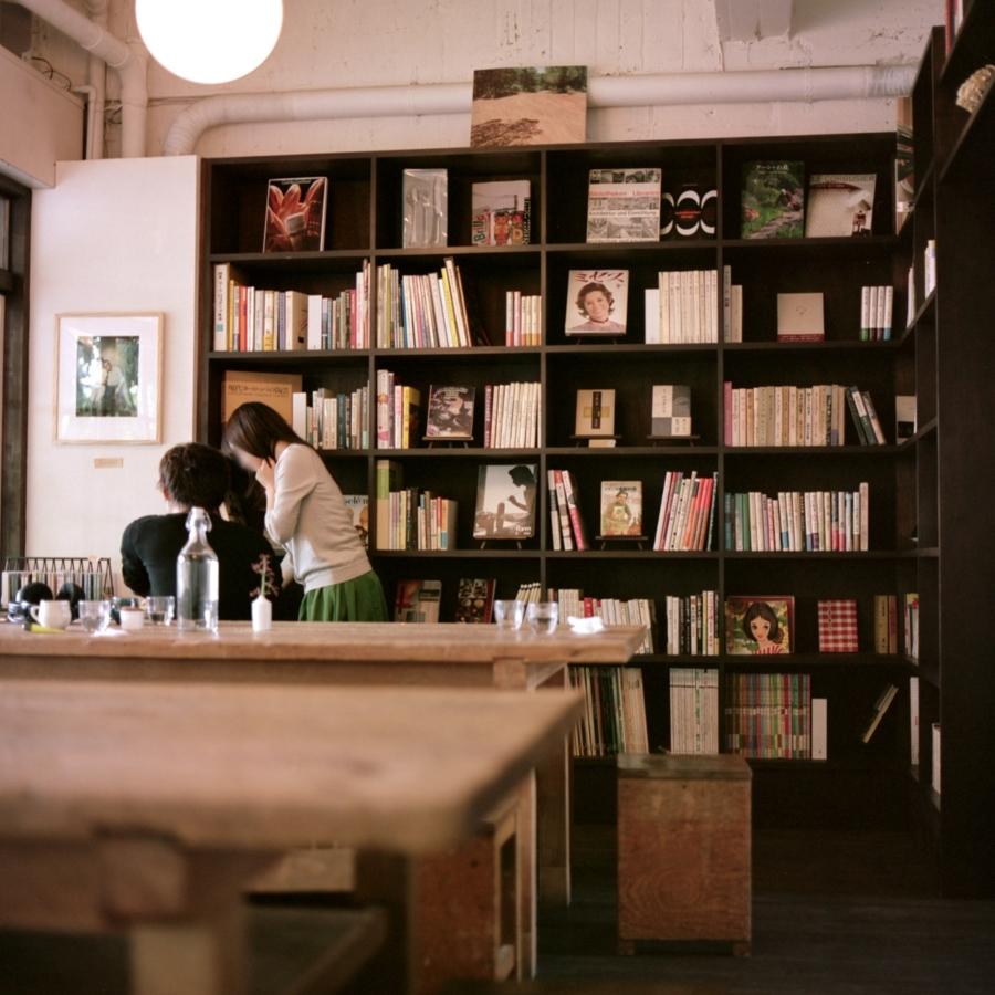 手紙舎・ヒバリ 壁の本棚とカップル
