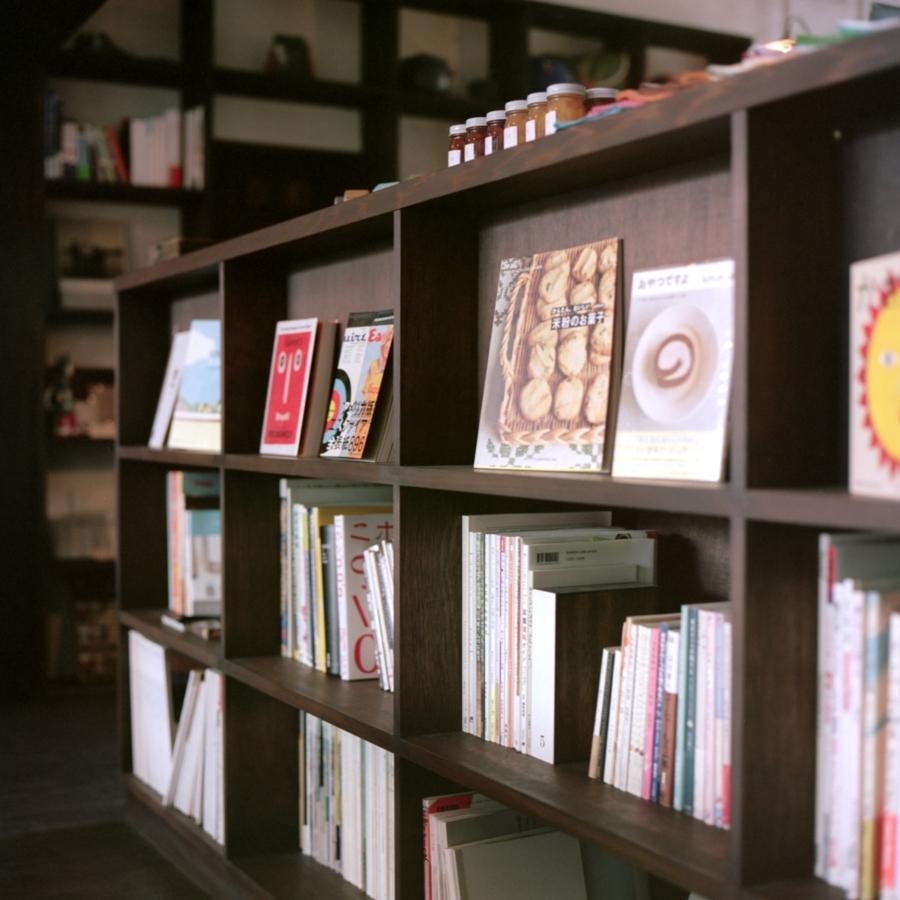 手紙舎・ヒバリ カウンターの本棚