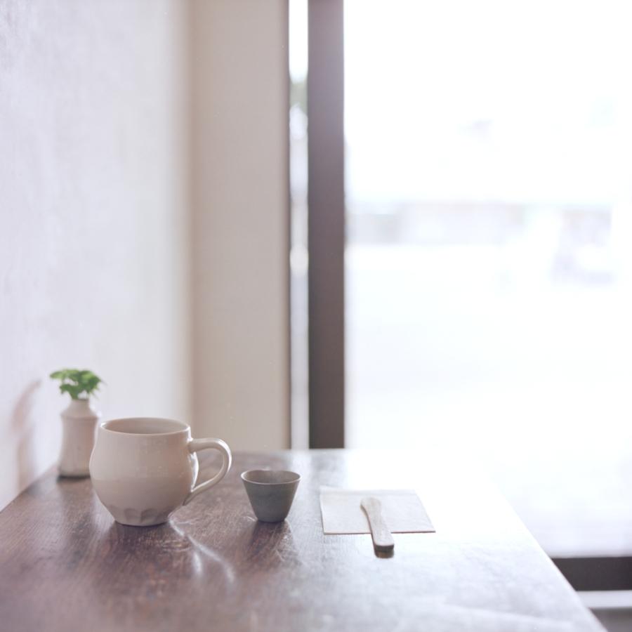 手紙舎・ヒバリ テーブルの上のコーヒー