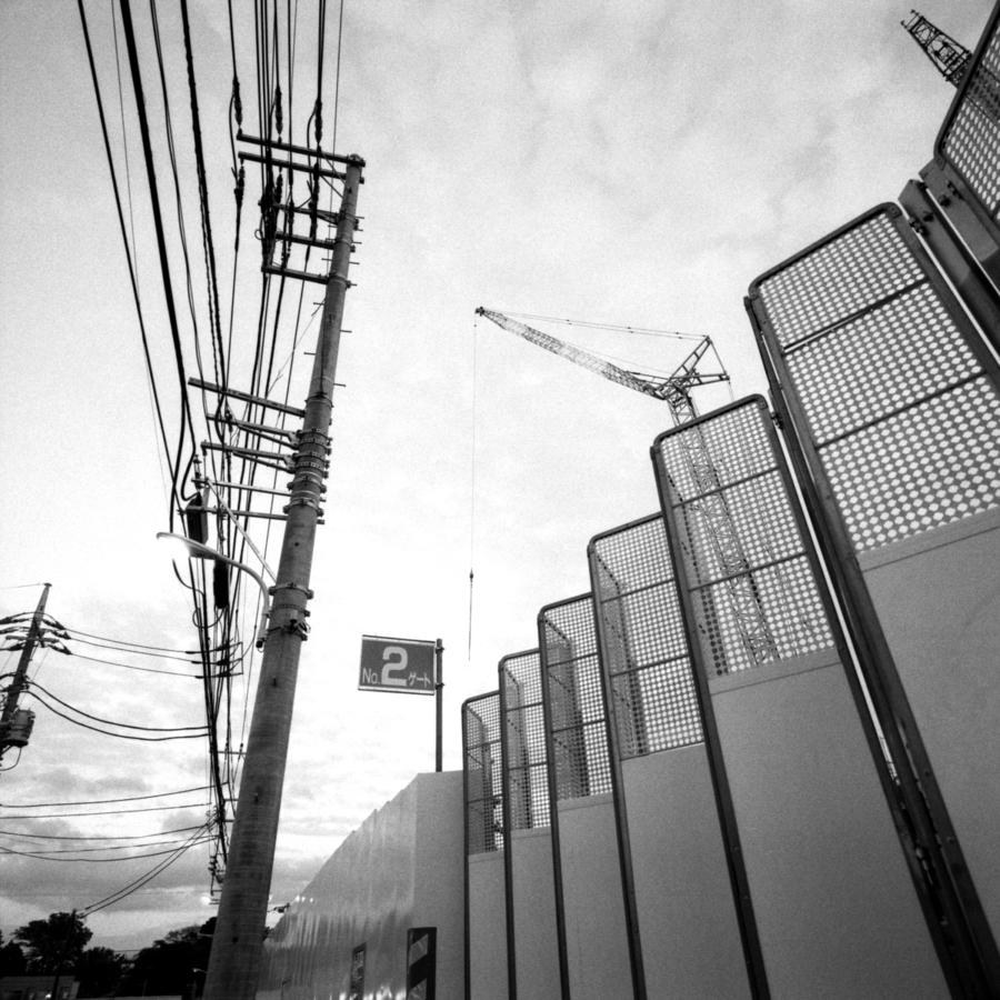 電線と工事現場のゲート