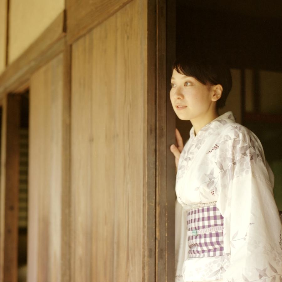 窓の外を見る浴衣姿の女性