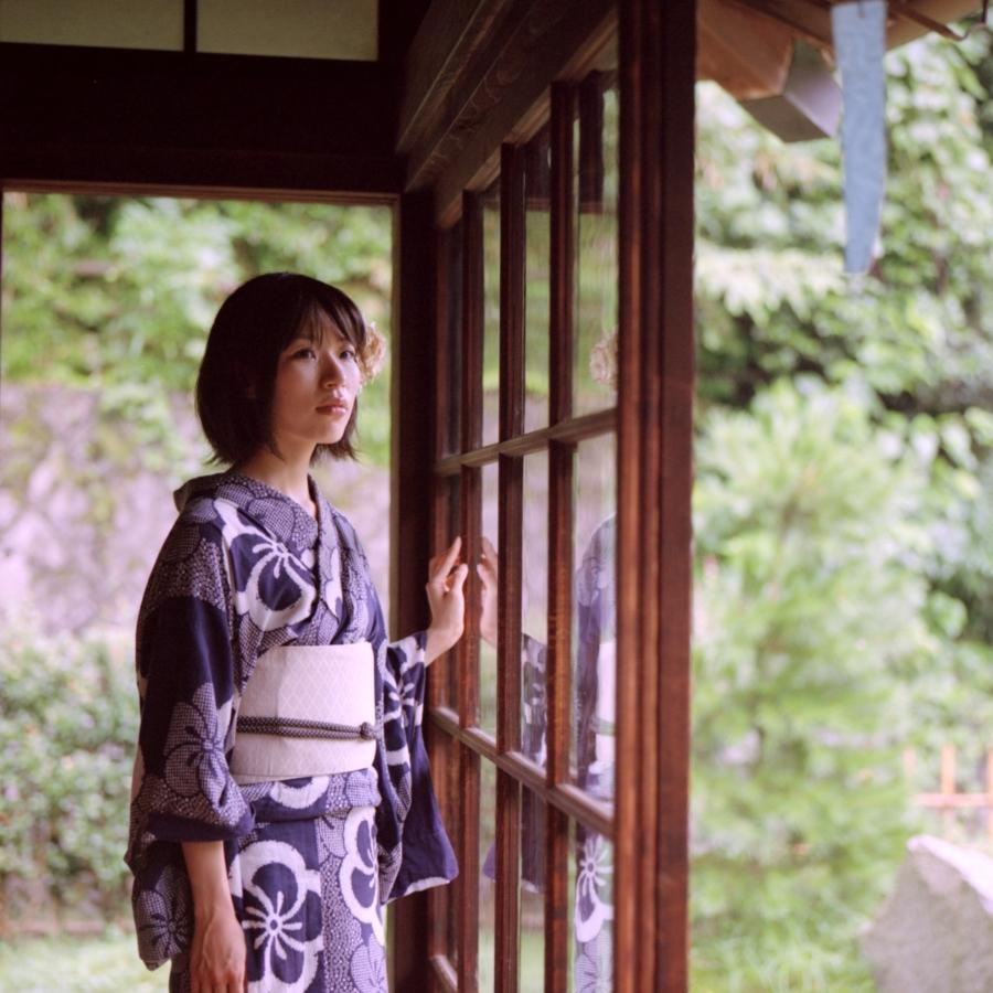 窓に手をかける浴衣姿の女性