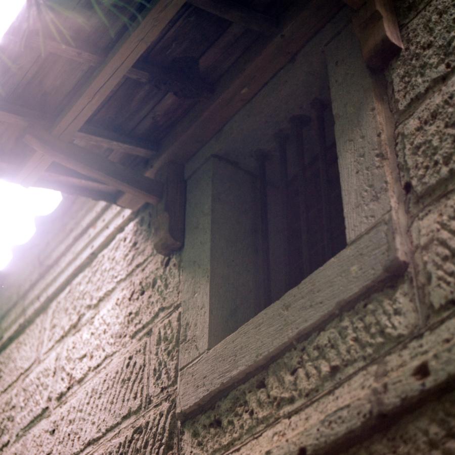 蔵の側面二階の窓