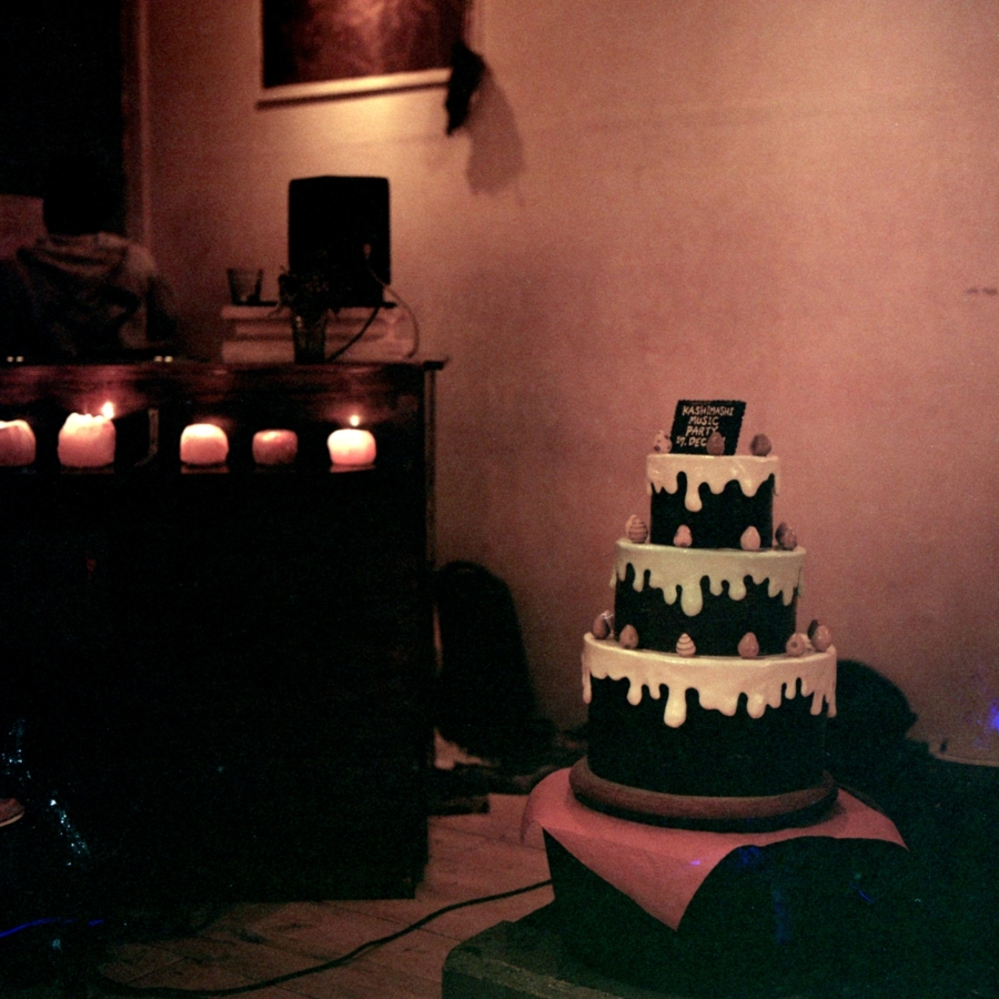 ケーキのオブジェとDJブース