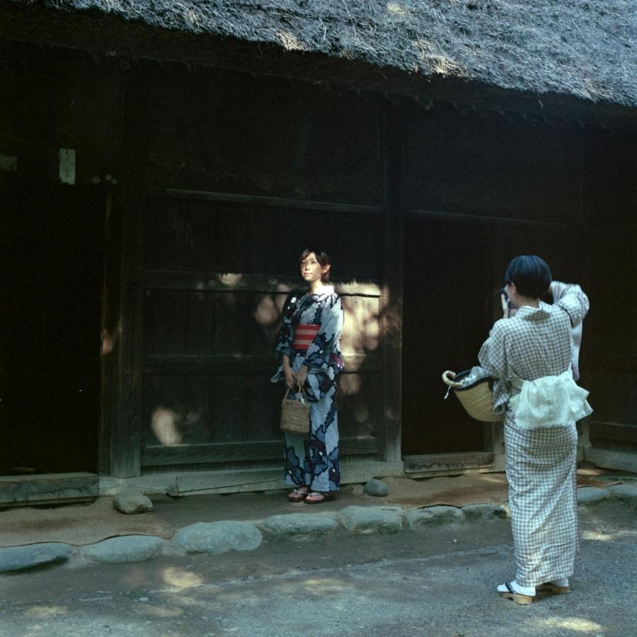 古民家の前で浴衣女子を撮影