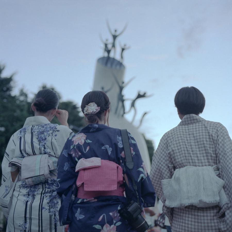 岡本太郎作のオブジェを眺める浴衣女子たち