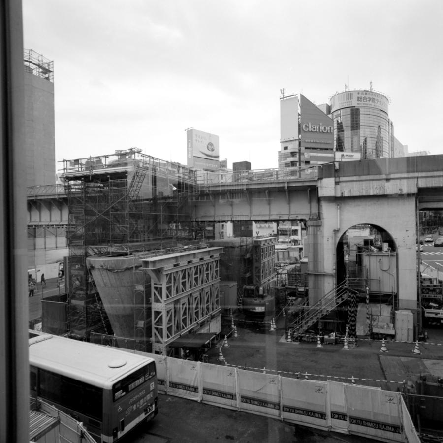 跨道橋からガラス越しの宮益坂下交差点