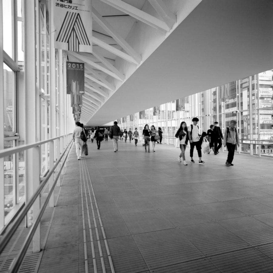 ヒカリエ 渋谷駅 明治通りの上を越えてつなぐ跨道橋