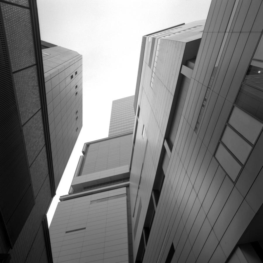 ヒカリエ ビルの間から見上げた空